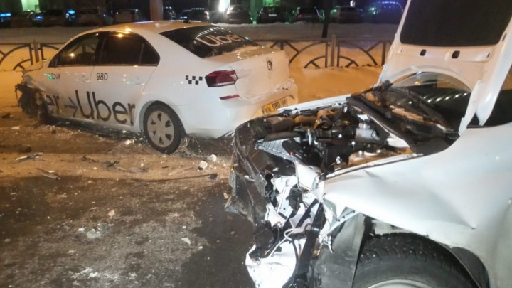 Таксист-нелегал устроил в Екатеринбурге лобовое ДТП с пострадавшим