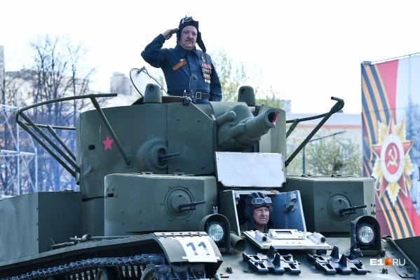 """Роман Шадрин на месте командира танка <nobr class=""""_"""">Т-28</nobr> во время репетиции торжественного шествия в Верхней Пышме"""