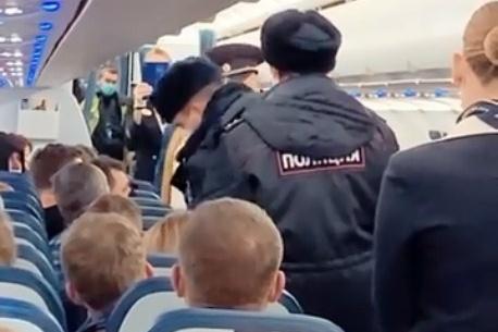 Из-за дебошира стюардессам пришлось вызывать полицию