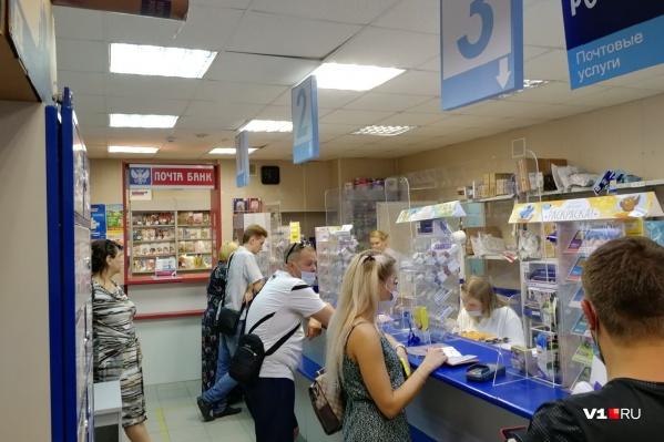 И посетители, и сотрудники почты вынуждены подолгу находиться в раскаленном помещении
