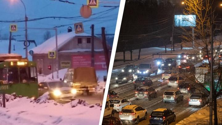 Троллейбус парализовал движение на Кирова — он оборвал контактную сеть и собрал глухую пробку на 3 километра