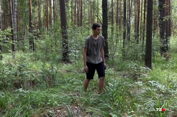Пятнадцатилетний школьник родом из Тюмени, но летом живет в поселке Московский. В деревню Падерина он ездил к друзьям. На подростке — та же одежда, в которой он бродил по лесу всё это время