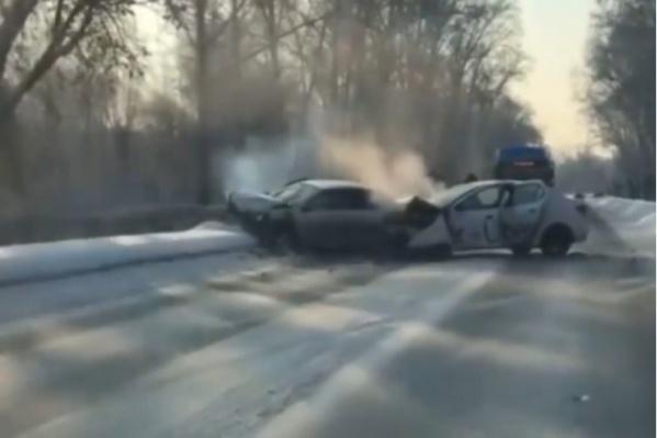 Из-за столкновения машины практически полностью перекрыли движение