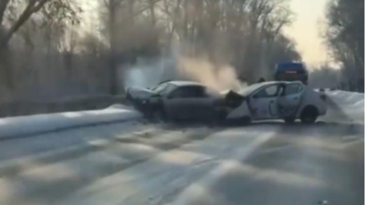 В Новокузнецке в ДТП с такси пострадали 3 человека. У двоих — тяжелые травмы