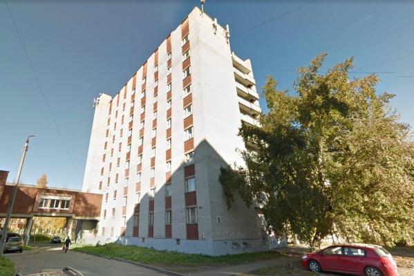 Окна планируют заменить в общежитии на Самойло, 9