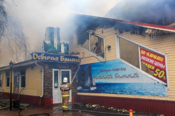 Здание кафе тушили 10 апреля — с тех пор его не разрешали разбирать из-за работы следствия