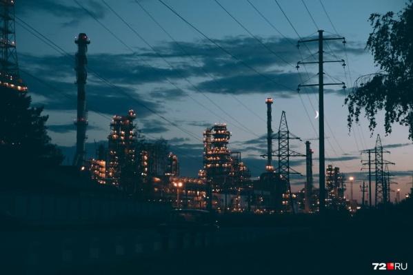 Завод выполняет работу по давальческому договору, то есть перерабатывает нефть, закупленную у «Сокар Энергоресурс»