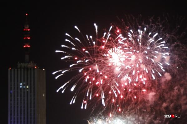 В этот раз на Новый год не было городского фейерверка, поэтому горожане обходились своими силами