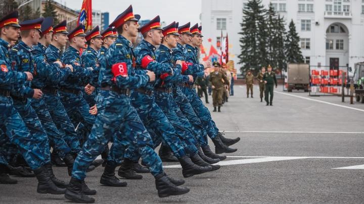 Каким будет парад Победы — 2021 в Кемерово: показываем большой фоторепортаж с репетиции