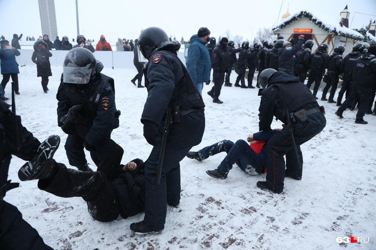 Участники митинга падали, их поднимали