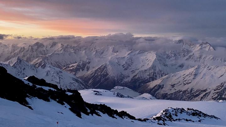 Заснеженные вершины и холодный горный воздух: освежающий фоторепортаж с покорения Эльбруса