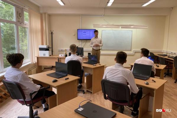 """Сейчас платформу «Сферум» (ее интерфейс немного видно на экране за спиной учителя) используют в четырех школах Перми, в том числе в спортивной школе-интернате <nobr class=""""_"""">№ 85</nobr>"""