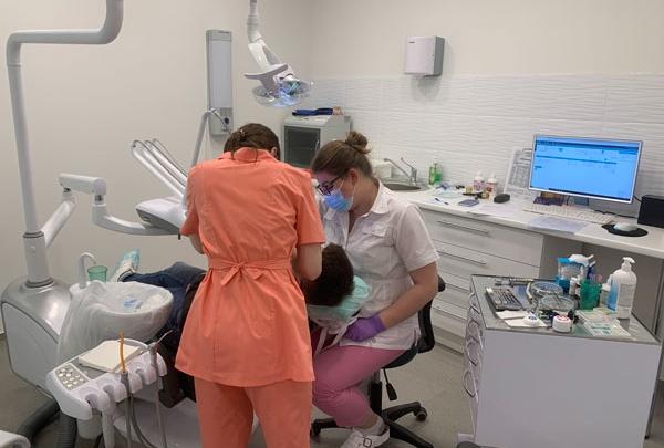 Сколько стоит профессионально очистить зубы у стоматолога в DENTIST