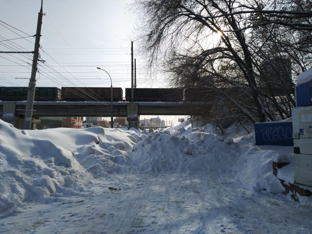 Снегом завалили второстепенный выезд на Ипподромской