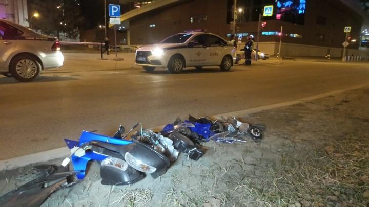 В центре Екатеринбурга байкер врезался в автомобиль, не пропустивший его, и получил перелом позвоночника