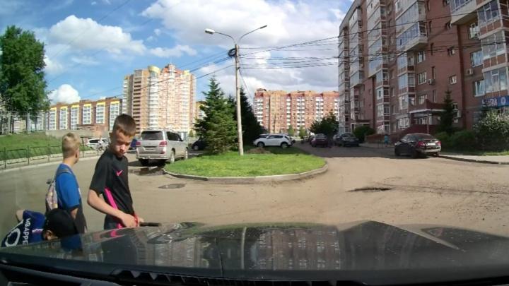 Красноярские школьники скручивают колпачки на колесах автомобилей ради челленджа из TikTok