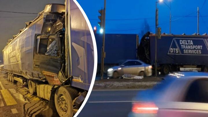 Столкновение фур на въезде в Ярославль: водителя раздавило в кабине
