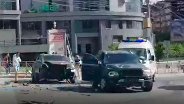 На Ленина столкнулись Porsche Cayenne и Volvo — в ДТП пострадала девушка