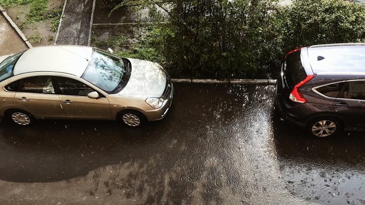 На Тюмень обрушился ливень с градом