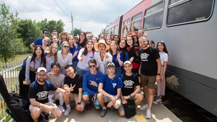 «Спасибо студентам из Волгограда»: ведущие «Орла и решки» Регина Тодоренко и Тимур Родригез спели в рельсовом автобусе на Эльтон