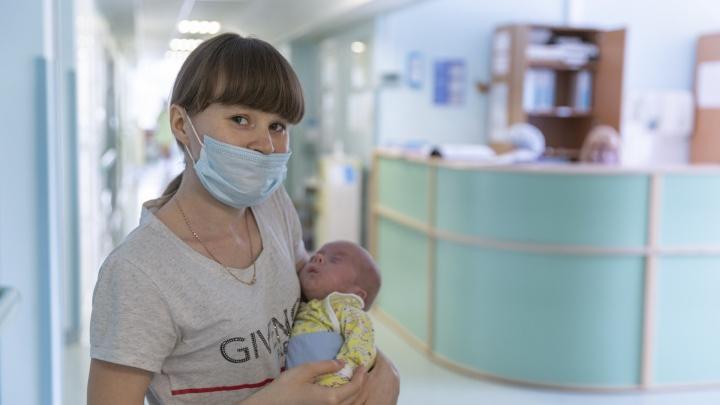 «Врачи советовали прервать беременность»: в Новосибирске спасли месячного младенца с опасным пороком сердца