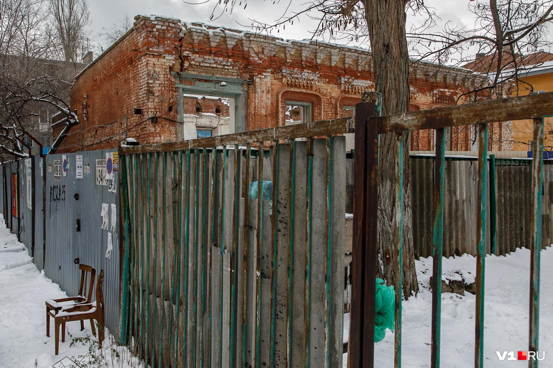 Восстанавливать внешний облик дома пришлось по скудным справкам и сохранившимся на фасаде элементам