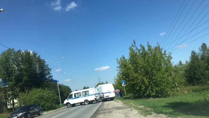 Силовики перекрыли часть дороги под Тюменью. Возможно, при раскопках там нашли гранату