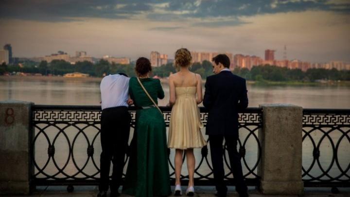 «Выходит 36 тысяч»: новосибирцы рассказали, сколько потратят на выпускные платья, подарки учителям и банкет
