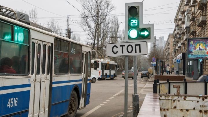 Опять хотят «как лучше?»: волгоградских водителей смутили зависшие на несколько секунд светофоры