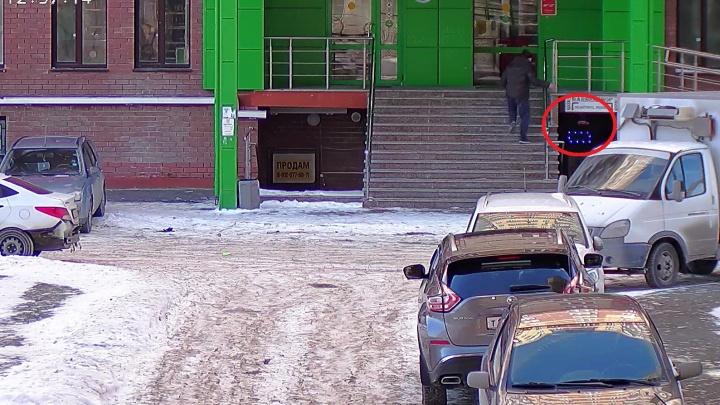 В Тюмени мужчина подкинул взрывное устройство в барбершоп — видео