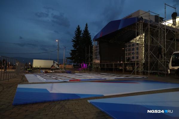 На Театральной площади монтируют сцену