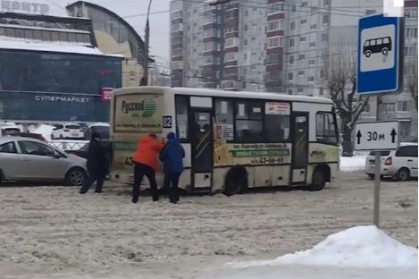В один день город встал после обычного зимнего снегопада