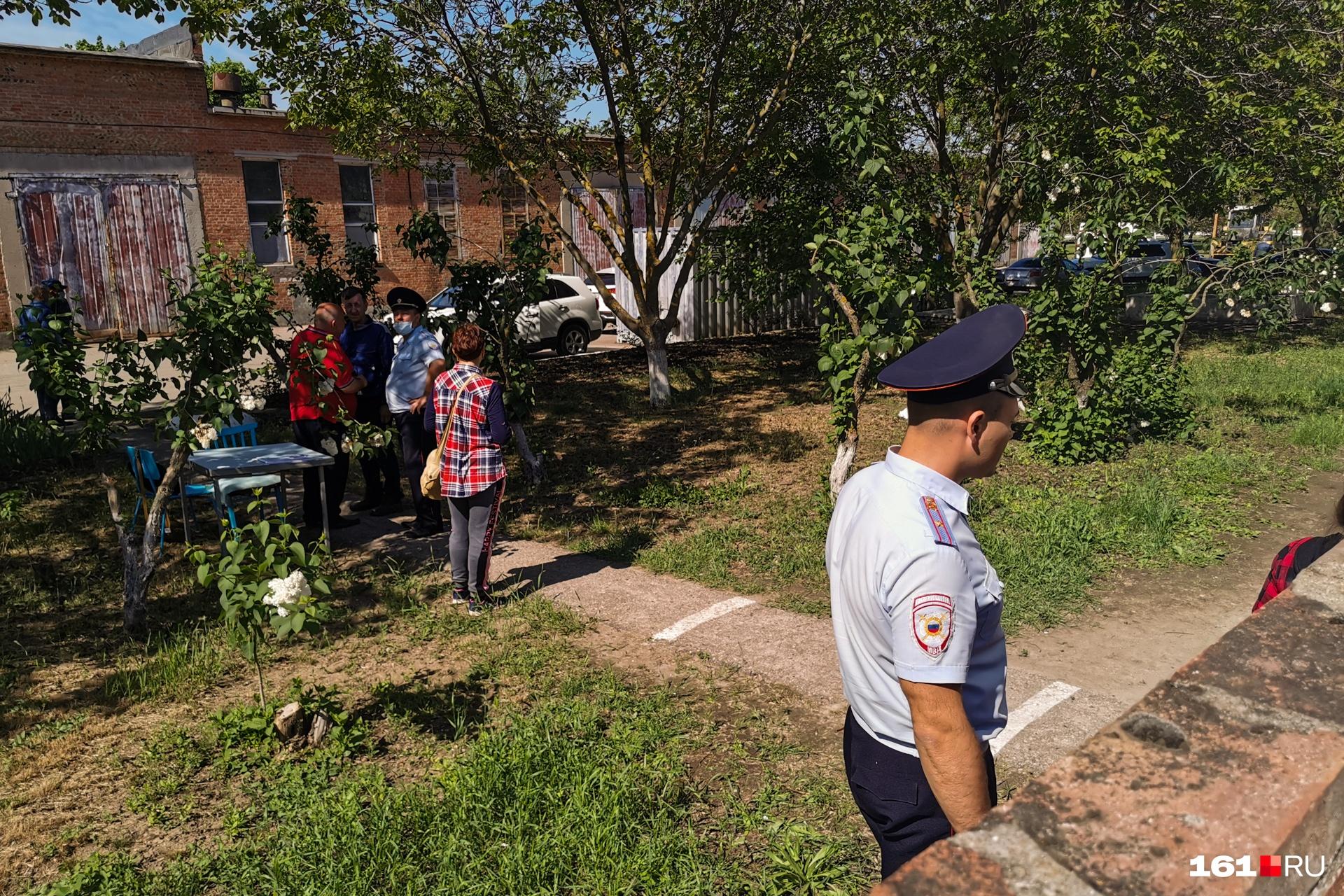 Полицейские и рабочие на оцепленной территории очистных