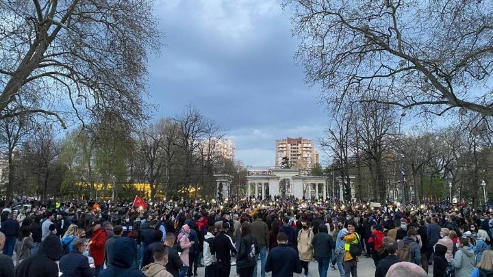 В центре Краснодара собралась толпа митингующих. Первые кадры с акции сторонников Навального