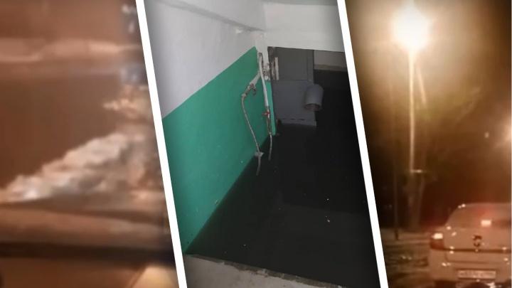 Затопило подвалы и улицу, специалисты работали по колено в воде: коммунальная авария в Тюмени