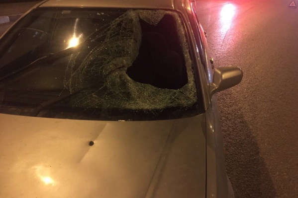У легковушки разбито лобовое стекло