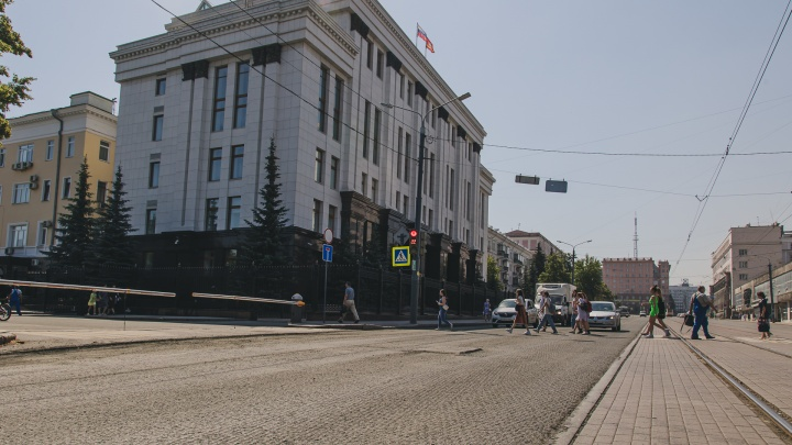 В Челябинске под окнами губернатора начали перекладывать асфальт, уложенный месяц назад
