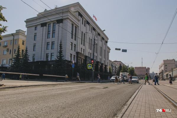 """Ремонт проезжей части возле дома <nobr class=""""_"""">№ 27</nobr> на улице Цвиллинга начался в мае и вынужденно возобновился в июле"""