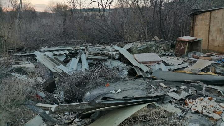 «Был прекрасный сад, сейчас разруха»: в Волгограде чиновники оставили горы мусора после сноса гаражей и сараев