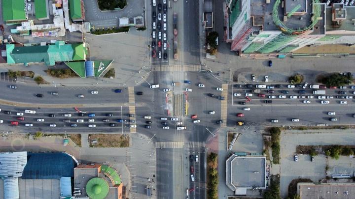 Взлетаем над проблемой: смотрим с высоты, как центр Челябинска стоит в пробках из-за ремонта трамвайного переезда