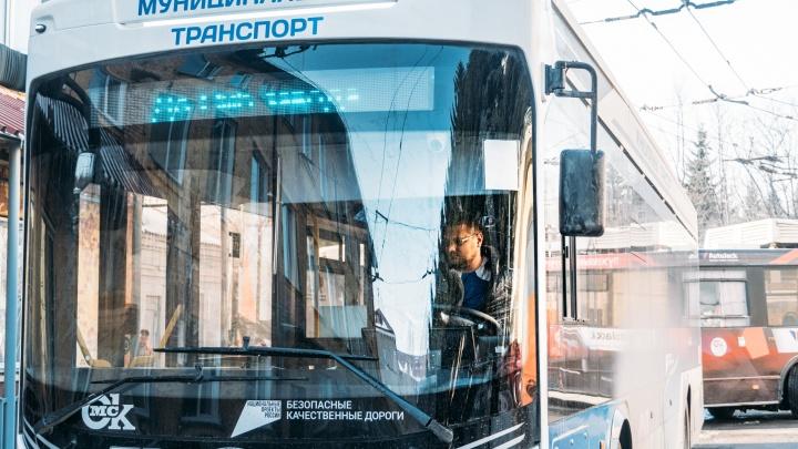 Выброшенная из машины бутылка обошлась омичу почти в 33 тысячи рублей — он разбил ею окно «Адмирала»