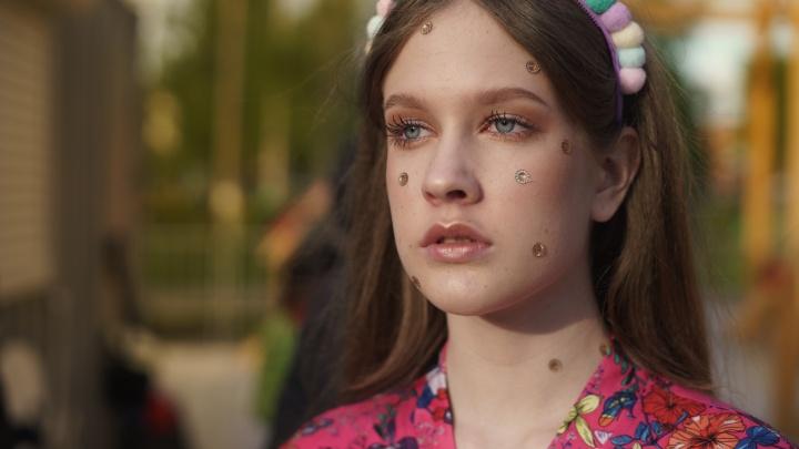 Яркие неоновые расцветки и фантазийные принты: что будет носить молодежь в летнем сезоне — 2021