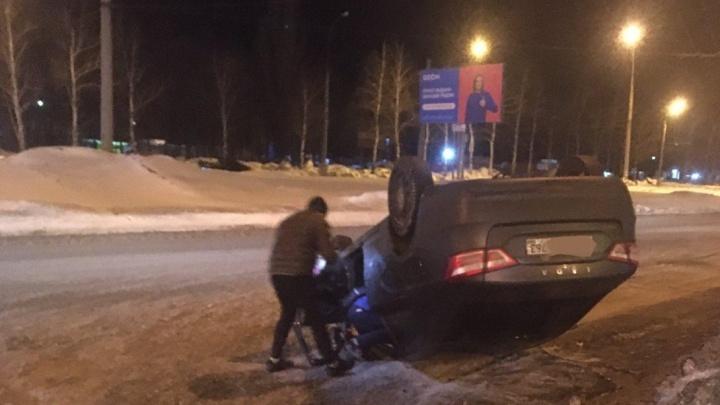 В Тольятти легковушка с водителем внутри перевернулась после столкновения с фурой