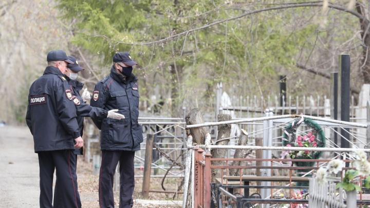 В Кургане мужчина срезал ограждения с могилы и повредил памятник