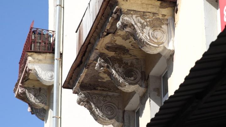 С фасада «дома со шпилем» на Герцена начали сбивать лепнину