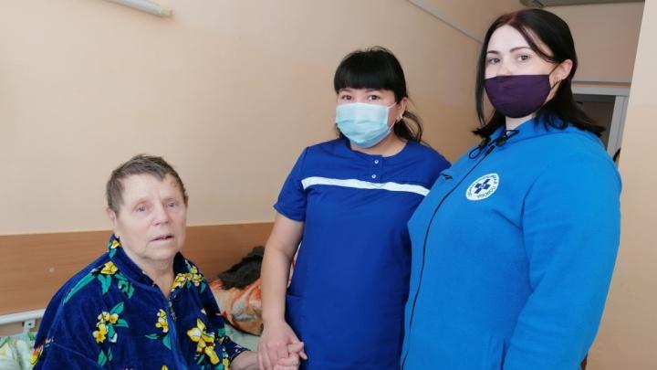 Дважды пережила клиническую смерть в 86лет. Медики тюменского села завели сердце пенсионерки на трассе
