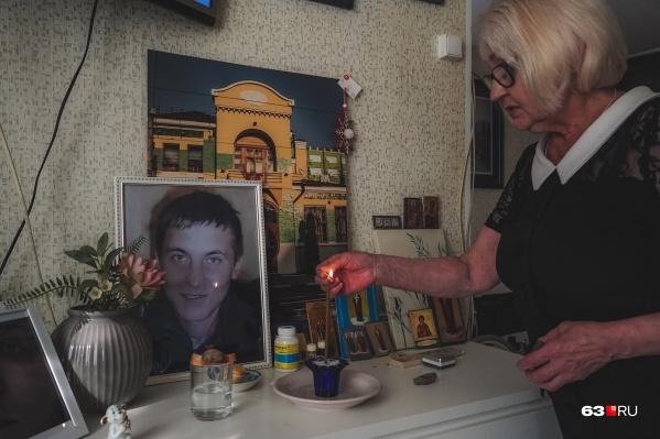 В квартире Людмила Александровна оборудовала маленький мемориал в память о сыне