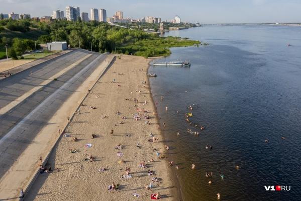 Волгоградцы начали купальный сезон на Тулака и без туалетов и кабинок