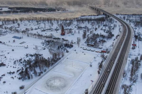 Вид на главную елку Красноярска в центре Татышева
