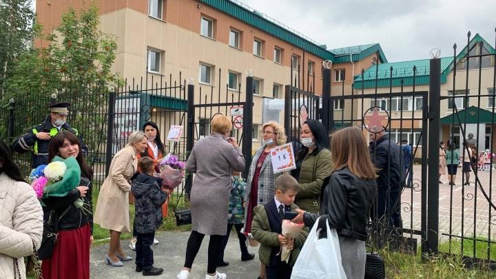 В Сургуте директор лицея № 3 выгнал родителей с классного часа, в школе № 1 пустили многих